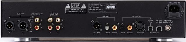 画像: 固定/可変を切替え可能なXLRバランス出力端子を左端に装備。RCAアンバランスのLINE出力はボリュウムを経由しない。3系統のデジタル出力、192kHz/24bitまでに対応するhiFace Two端子(USB-B)を含む4系統のデジタル入力を装備し、その右のUSB-B端子はPC接続による録音/再生用。右端に外部クロック入力端子を配する。