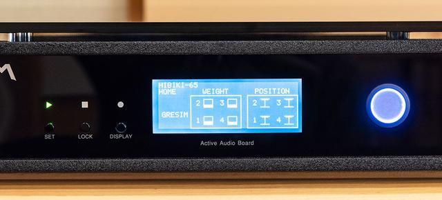 画像: 「HIBIKI-65」の操作部はひじょうにシンプル。ディスプレイ右側の電源を入れ、写真左端の「SET」ボタンを押すだけで準備が完了する。表示部の1〜4がアクチュエーターの動作状況を示している