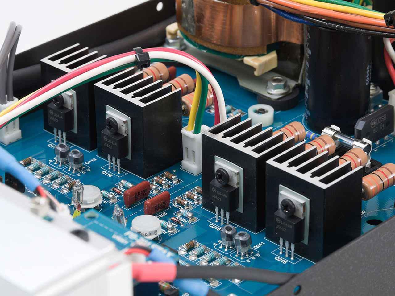 画像: FET、放熱用ヒートシンク、抵抗負荷をチャンネル毎に対称配置するシンプルな回路設計を採用