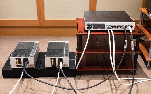 画像: 試聴時にはケーブルを色々なパターンでつなぎ替えている。写真はプレーヤーとプリアンプの間にULTRAシリーズを、プリアンプとパワーアンプ間はカーボンファイバーシールド付きのULTRAシリーズを使った状態