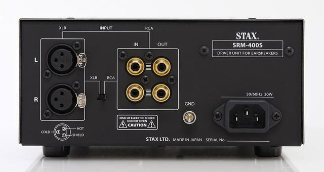 画像: 背面には、RCAとXLRの入力端子(中央のスイッチで切り替え)とRCAのパラレル出力を搭載