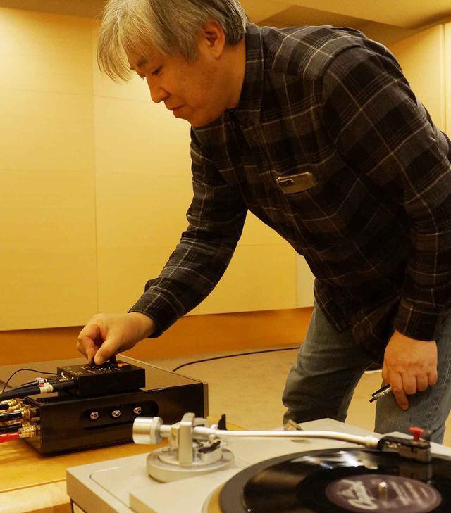 画像: AFE10を操作しながら試聴する三浦氏。