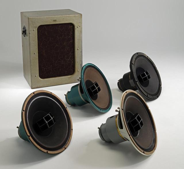 画像: ヴィンテージ関連企画は100号記念企画としてアルテックを代表する38cm同軸ユニット604を試聴します。初代から604-8Gまでのすべてのユニットを集め、兄弟ユニットといえる605Aも含めて純正エンクロージュアである612や614銀箱で鳴らし、各モデルの特徴を探りました。新 忠篤氏、ヴィンテージ・オーディオの優れたメインテナンス技術を持つ杉井真人氏、ヴィンテージ・オーディオ専門店での長年のキャリアを持つ土井雄三氏による試聴です。