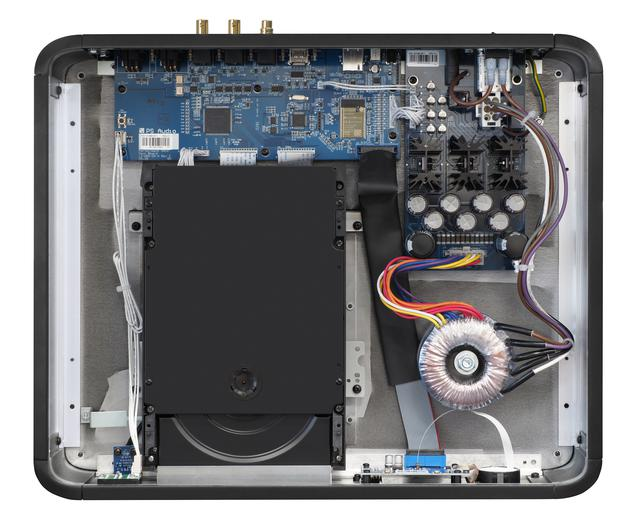 画像: 天板を外した内部。共振点の分散化を図ったD&M製のSACD/CDドライブメカを採用。ディスクトレイ後方にメインのデジタルオーディオ回路基板、右側にトロイダル電源トランスと電源供給回路基板を配置。電源部には同社ならではの電源機器パワープラントの技術が投入される。