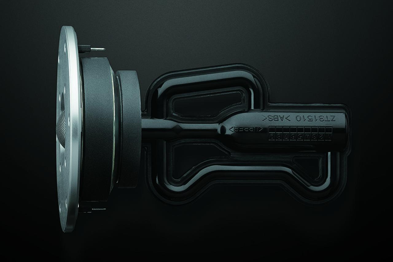 画像: ↑トゥイーターユニット背面には、高域の不要共振を打ち消すR.S.チャンバーを装着。独自の音響解析に基づく2本の特殊形状管が不要共振を打ち消し、ユニット本来の周波数特性を発揮する機構。