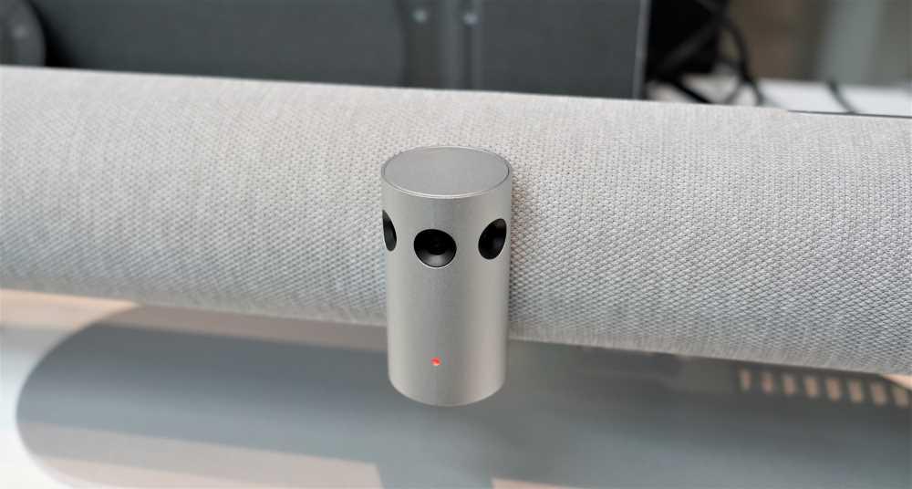 画像: 「PanaCast 50」のフロントにあるカメラ部。3つのカメラで180度の画角をカバーする