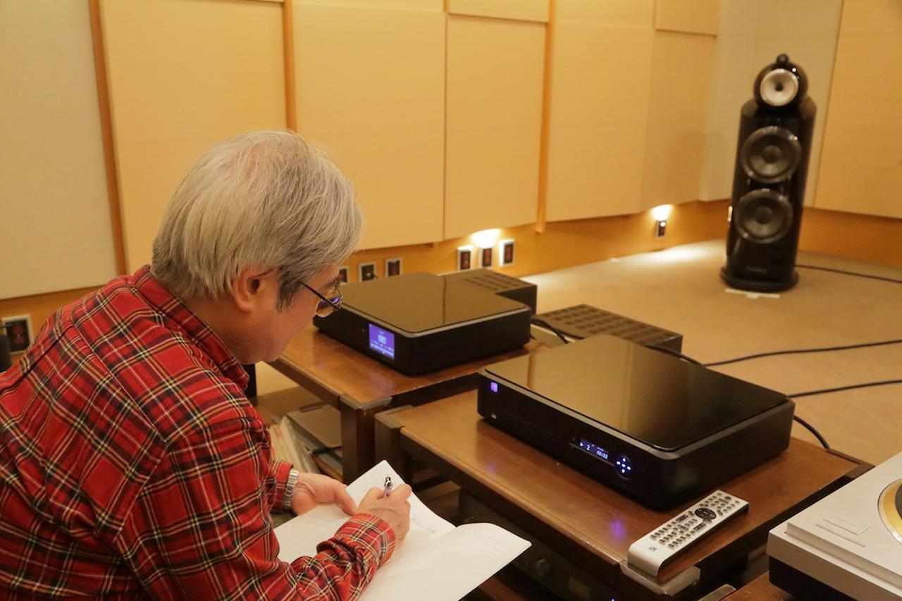 画像: リファレンス機と純正DACで組合せ試聴する吉田氏。