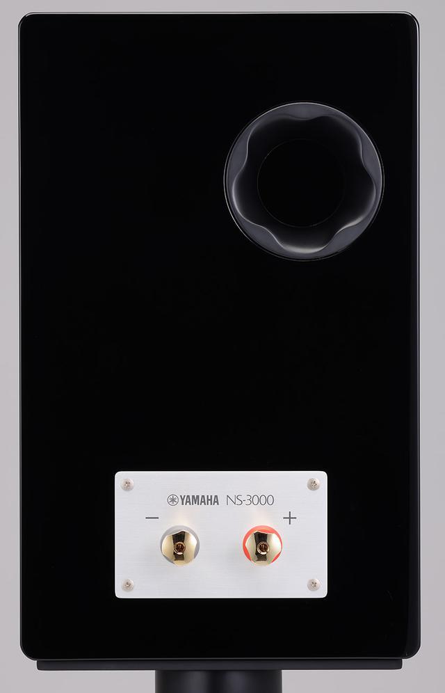 画像: ↑入力端子はバナナプラグ対応ねじ式で真鍮削り出しのシングルワイヤー構成。エンクロージュアは北海道産白樺の積層合板製で、ヤマハならではの黒鏡面仕上げピアノフィニッシュ。