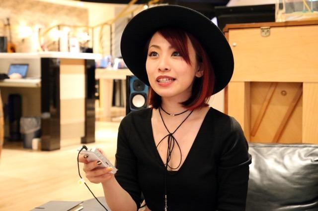 画像: ドラマーという立場ながら、バンド全体のサウンドまで言及してくれたMarinaさん。5月発売のNEWアルバムのサウンドも楽しみだ