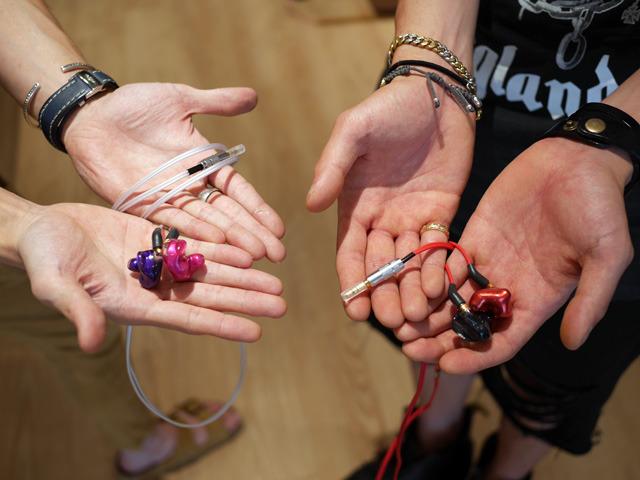 画像: 左手白いケーブルがArutaさんが選んだIE-C2、右手赤いケーブルがShujiさんが選んだIE-C3