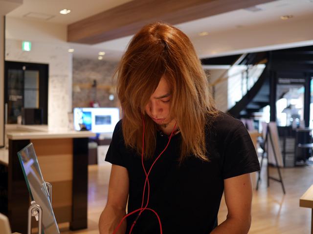 画像: 真剣に試聴するArutaさん。試聴にはヘヴィメタル以外にもフュージョンやアニソンなども