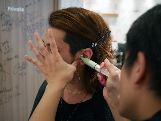 画像: こんな風に、耳にシリコンを入れて行きます