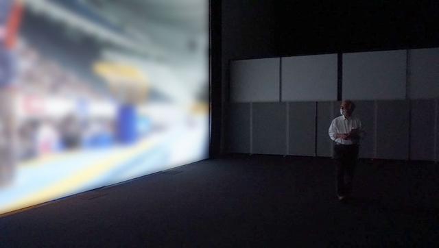 画像: I3研究所に設置された550インチスクリーンで、「統合情景」のデモを拝見。スポーツ中継の映像に「統合情景」処理を加えることで、まさに現場で見ているかのような迫力を体験できました