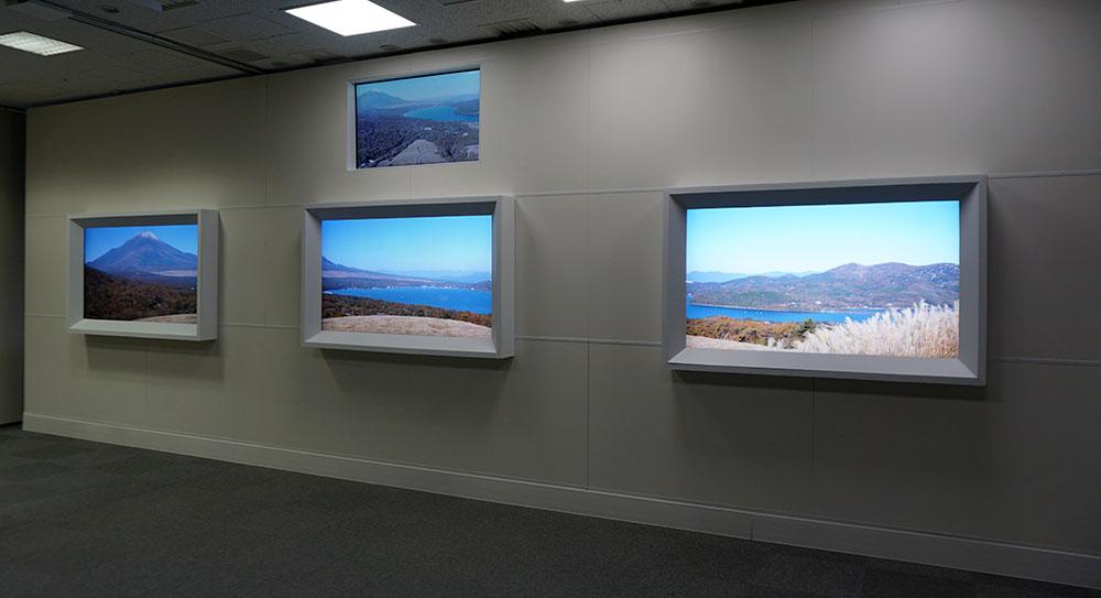 画像: 「統合情景」のもうひとつの役割として、複数の画面に写した映像をひとつの大画面で見ているかのように感じさせるというものがある。今回は3台の65インチ液晶テレビでデモしていただいた