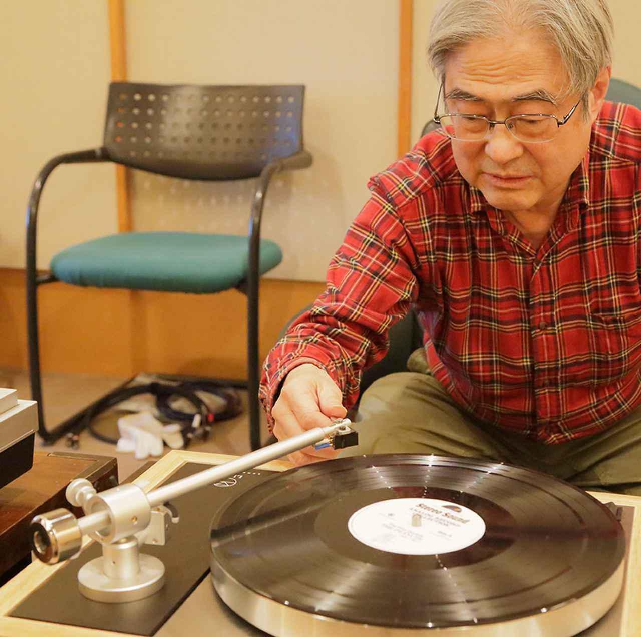 画像: ↑盤面に針を下ろす吉田氏。カートリッジをフェーズメーションPP-2000に付け替えての試聴も実施。