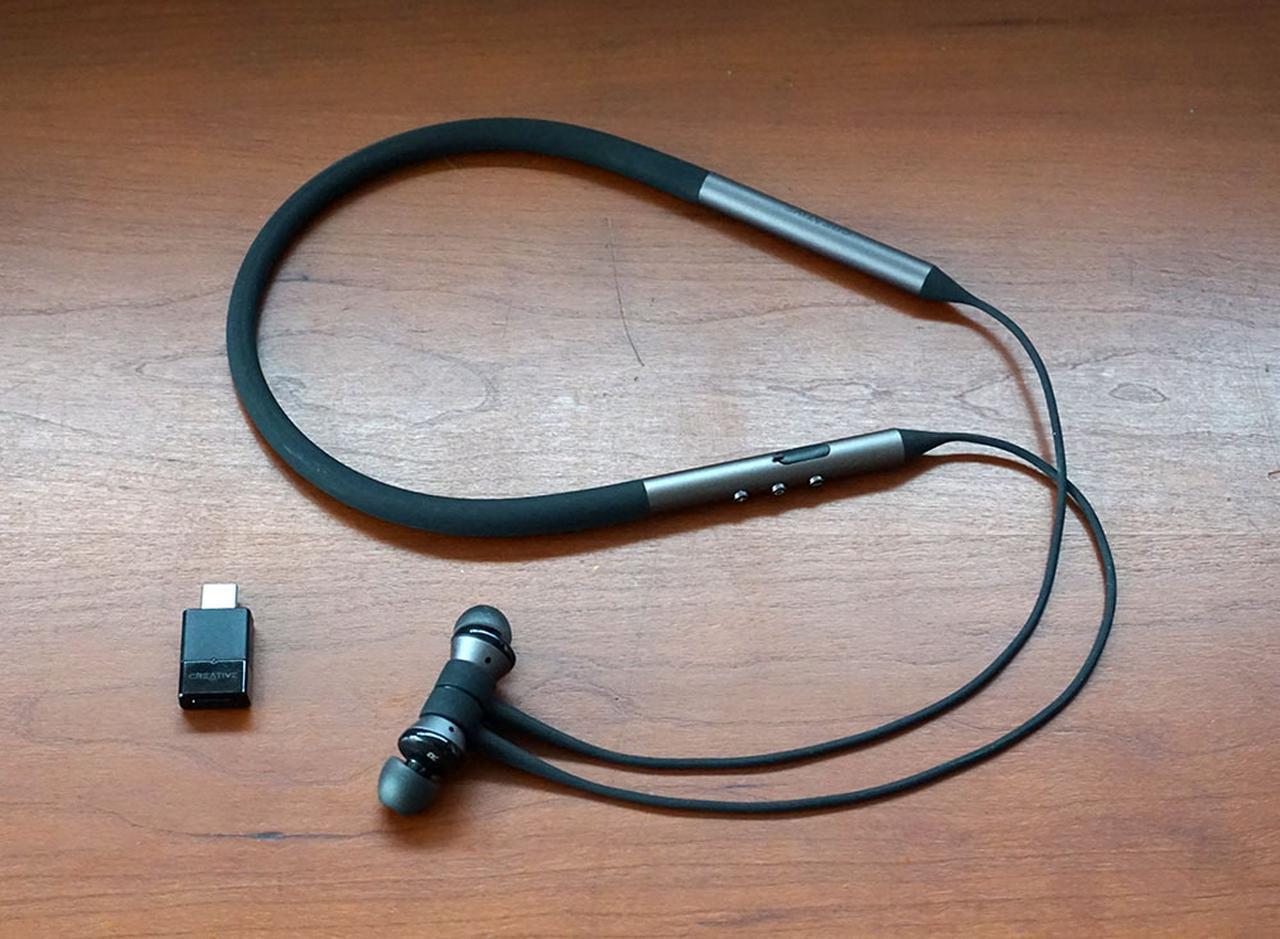 画像: 「BTW3AVTRWL」(¥13,840、税込)。左がBluetoothトランスミッターの「BT-W3」で、右がワイヤレスイヤホンの「Aurvana Trio Wireless」。写真の他にBT-W3用のアナログマイク(3.5mmコネクター)も付属する