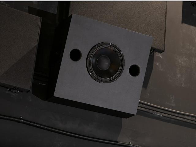 画像: サラウンドスピーカーは、メ インスピーカーと同じく同軸 型2ウェイ・ユニットを搭載 した2 ウェイ・システムを計 12 本採用