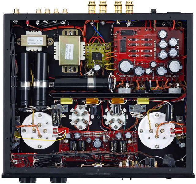 画像: 底板を外した内部。フロント側左右に配される845用ソケットは、845真空管専用設計の新型ソケット。ピンを正確に固定しふらつきが生じない構造。パーツ類は整然と配置され、独ムンドルフ製のフィルムコンデンサーも使われている。