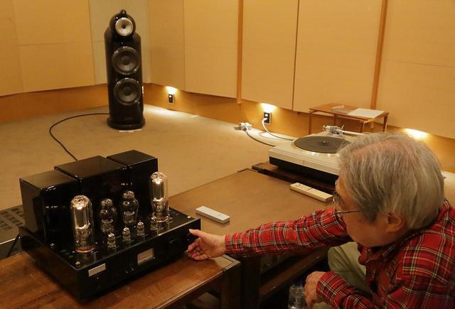 画像: ジュノン845Sのボリュウムを操作する吉田氏。