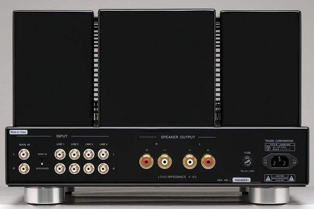 画像: リアビュー。入力端子は左端からMAIN IN、4系統のLINE端子が並ぶ。MAIN IN端子横のスイッチの切り替えで入力セレクターとボリュウムをバイパスしパワーアンプとして使用可能。スピーカー出力は1系統で4Ω〜8Ωに対応。