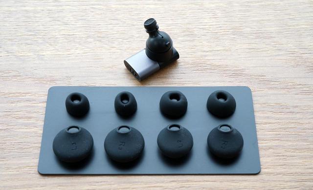 画像: ▲イヤーピースは3サイズ、フィットウイングスと呼ばれるシリコン製カバーも3サイズ同梱される
