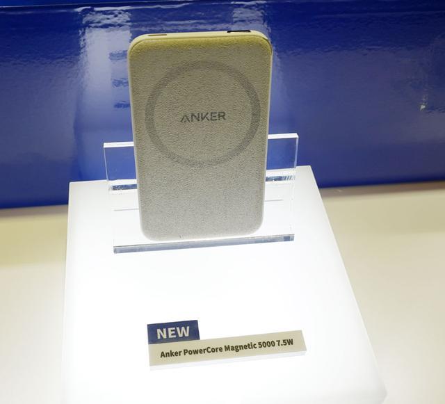 画像: ▲マグネット式ワイヤレス充電対応のモバイルバッテリー「PowerCore Magnetic 5000 7.5 W」。往年のiPodのようなデザイン。丸の模様の部分にマグネットが仕込まれており、対応iPhoneを固定しながら充電できる。容量5000mAh。9月ごろ発売で¥4,490
