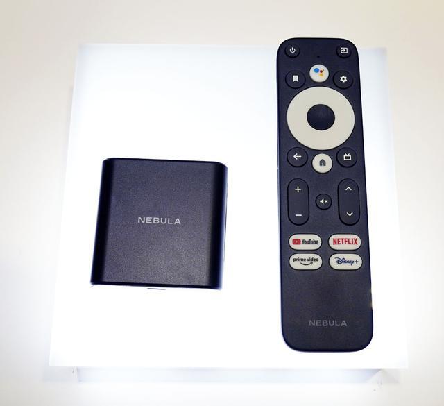 画像: ▲ビジュアルブランド「NEBULA」の新製品「4K Streaming Dongle」。9月ごろの発売で¥7,980。四角いドングルをテレビのHDMI端子に接続する。テレビからのUSB給電で駆動する。給電用ケーブル(マイクロUSB)、HDMIケーブル同梱