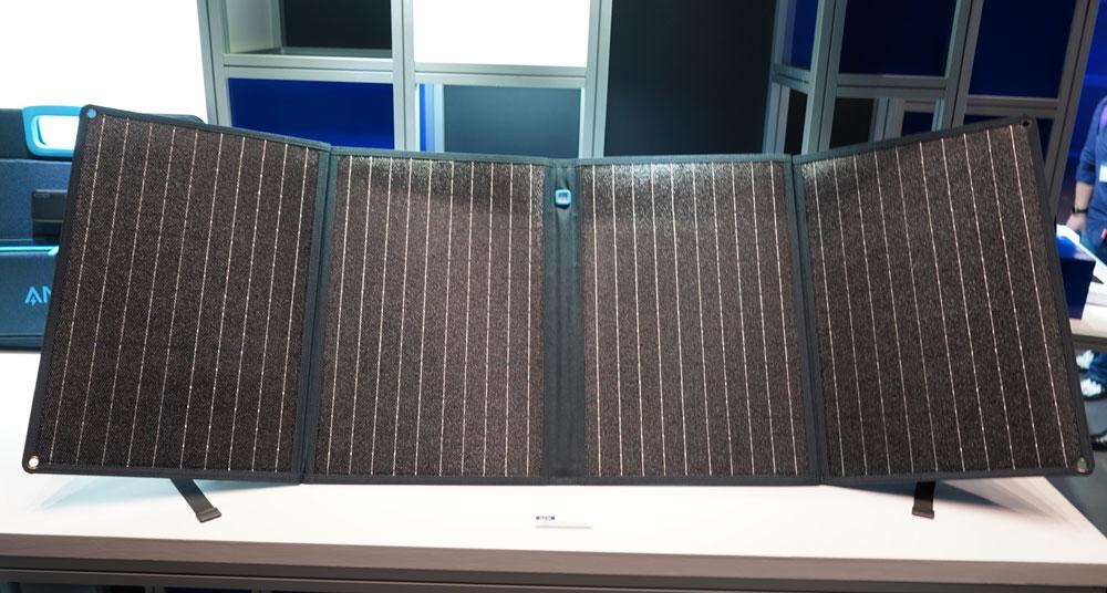 画像: ▲ポータブル電源への充電が可能なソーラーパネル「PowerSolar 3-Port 100W」。名前の通り100Wの発電が可能。DC出力から別売りのポータブル電源へ充電できる