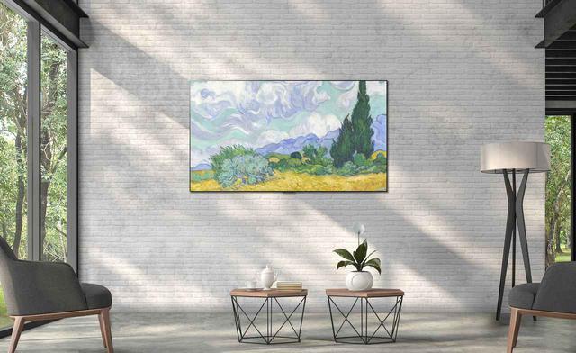 画像: 壁掛け金具がテレビ本体に収まる構造で、壁に隙間なくぴったりと密着する「ギャラリーデザイン」も特徴だ。大画面でも圧迫感の少ない設置が可能だ