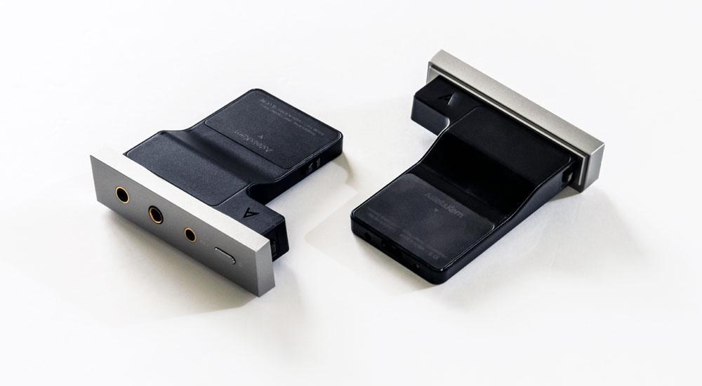 画像: ▲オールインワンDACモジュールの「SEM2」(右)と「SEM1」。SEM1はSE180に同梱される。サイズは名刺入れを一回り大きくしたほど
