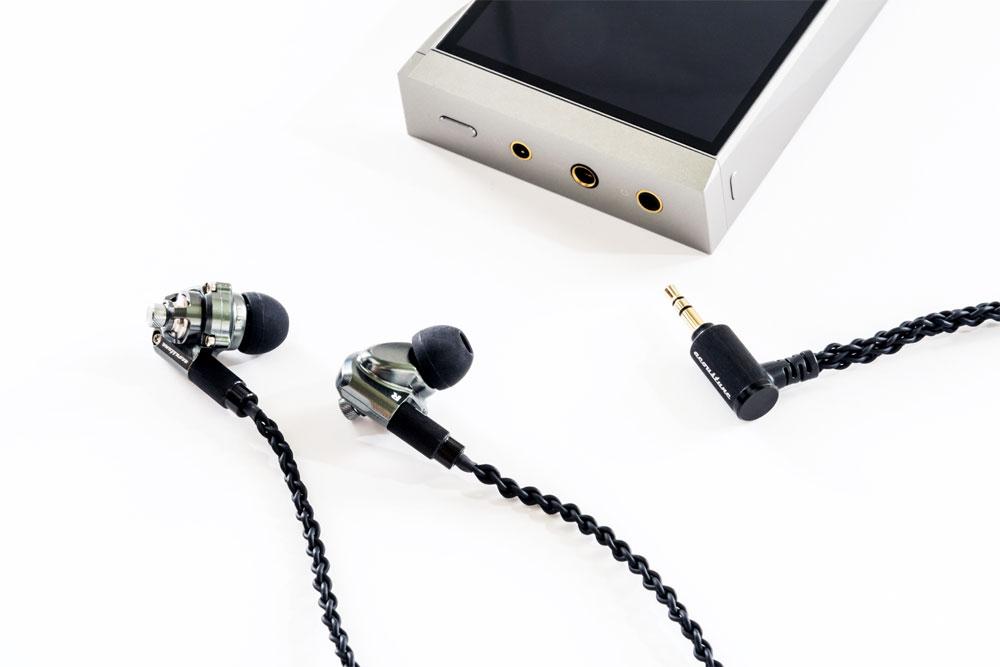 画像: ▲SE180には、3.5mm3極アンバランス、2.5mm4極バランス、4.4mm5極バランスの、3種類のプラグを搭載する。なお、試聴機に使用したのは試作機であり、実際に発売されている製品とは一部、外観が異なります。