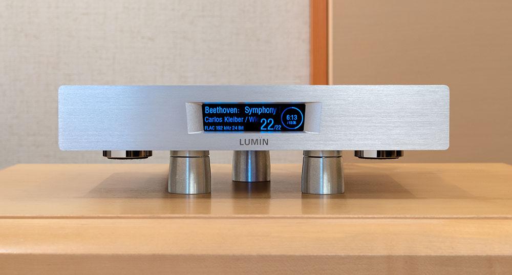 画像: 今回の試聴では、D2の下にULTRA SS V2を3個置いて、音の変化を確認した。ULTRA SS V2をどれくらい離して置くかによっても音の印象が変化するので、好みの位置を探してみるのをお忘れなく