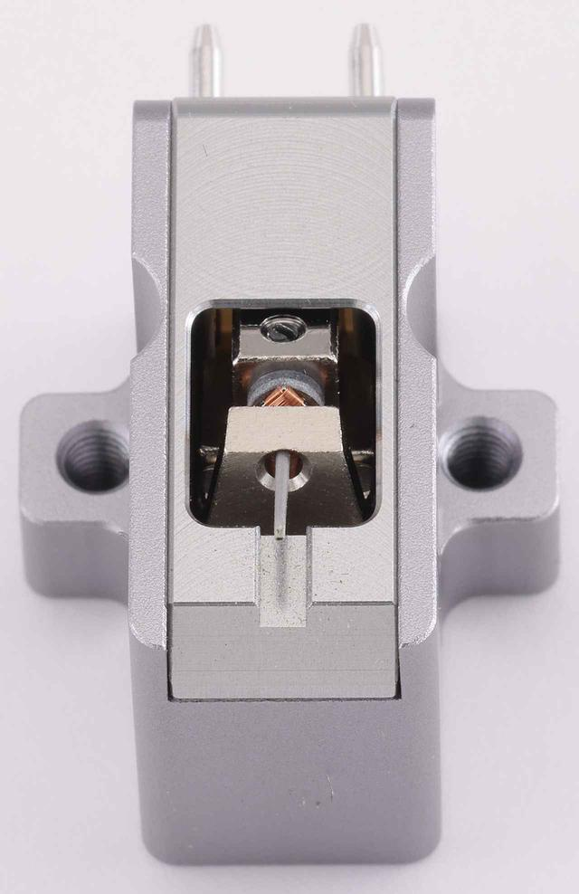 画像: カンチレバーはアルミニウム合金の中空パイプで、スタイラスは曲率半径3μm×30μmの特殊ラインコンタクト。ボディは異種のアルミニウム合金を組み合わせて軽量化と高剛性化を図り、磁気回路にはネオジムマグネットを新たに採用。ヨークとポールピースを組み合わせる一般的なMCカートリッジの構造に対して、純鉄を切削加工した質量の大きいリアヨークで振動系を直接支える構造が特徴。共振の排除による忠実な伝送を指向する。
