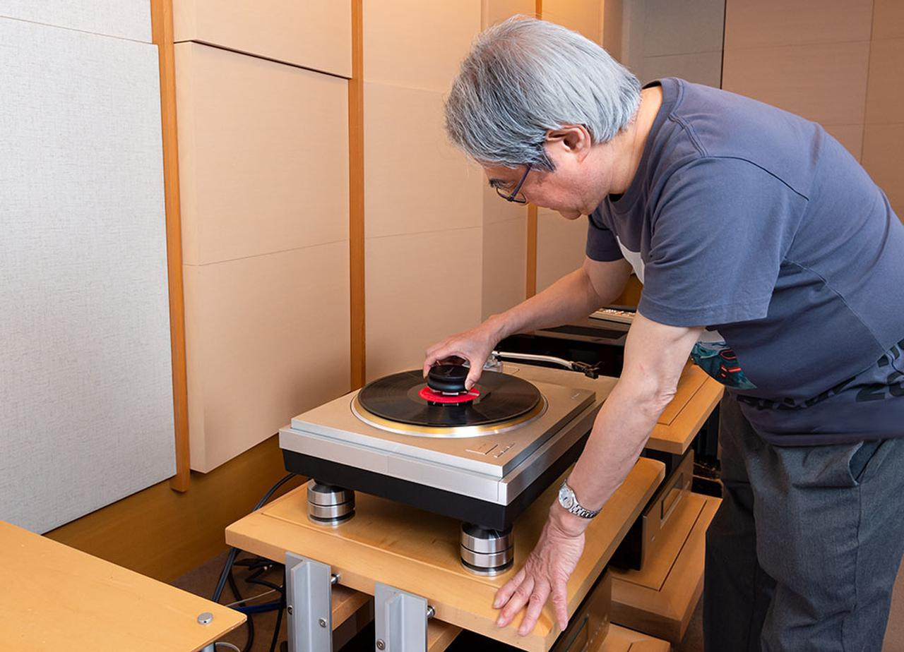 画像: LPI V2をレコードにセットする吉田さん