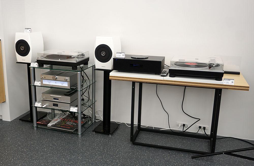 画像: いい映像にはいい音も必要、ということでテクニクスのレコードプレーヤーやスピーカーも準備されている