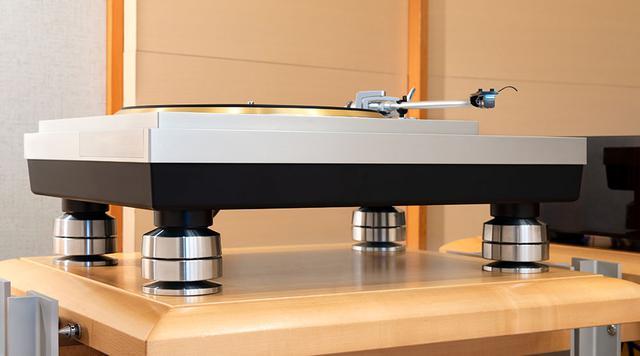 画像: テクニクスSL-1000Rの脚部の下にULTRA 5+ULTRA BASEを設置した状態。製品の脚部が取り外せる場合は、オプションのネジを使って脚を付け替えるという方法もあり