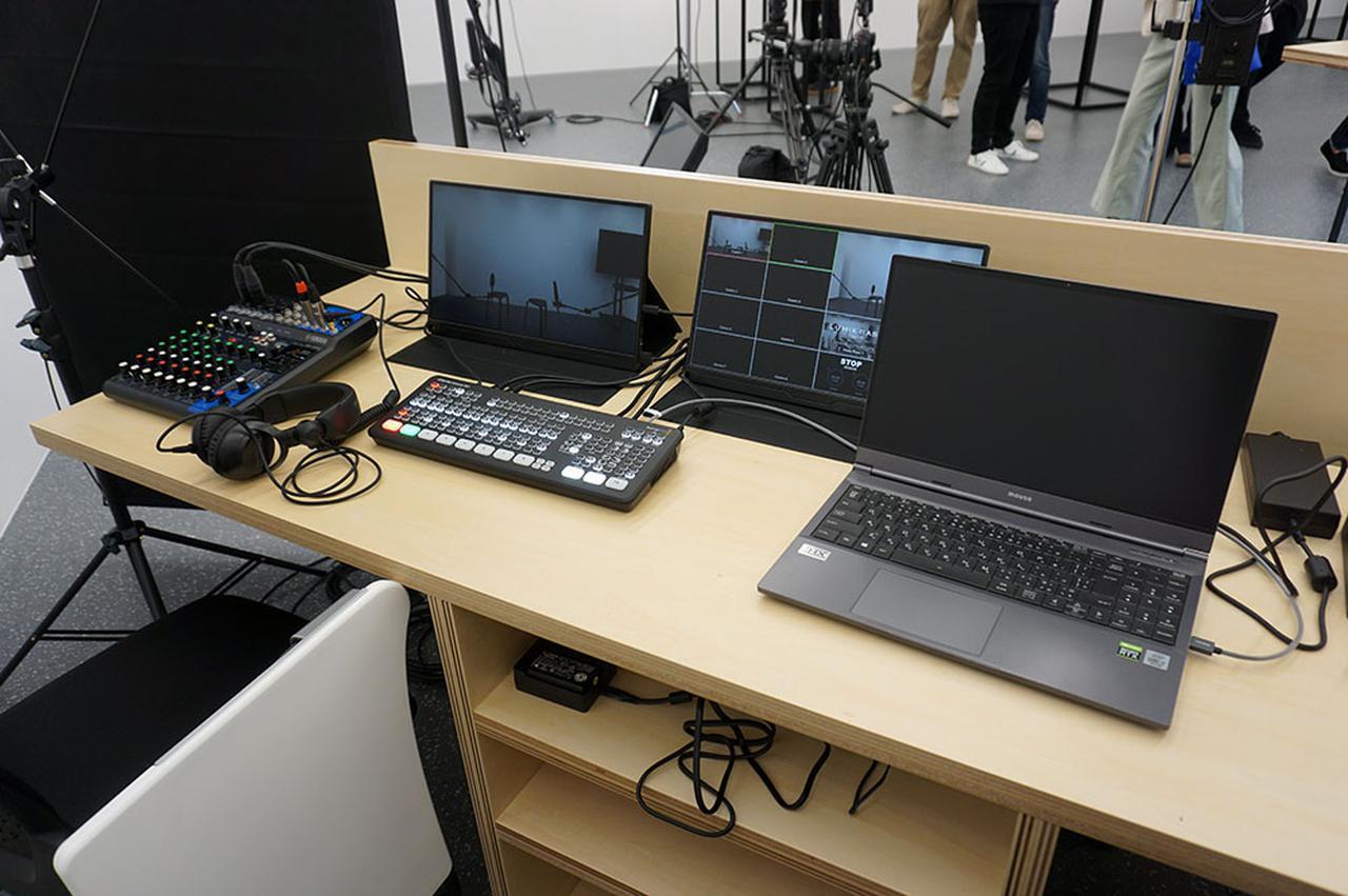 画像: 収録スタジオも準備されており、撮影した動画をリアルタイムで配信できる。なおLUMIX BASE TOKYOの天井照明は部屋に対して斜めにLED(もちろんパナソニック製)が配置されており、エリアによって明るさを変えるなど自由度の高いライティングも可能という