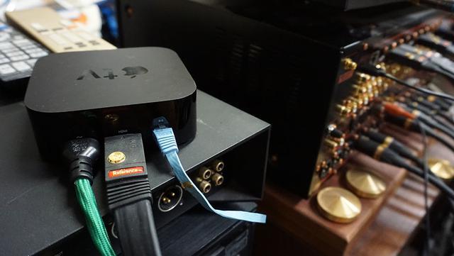 画像: FLAC再生に対応したアプリをインストールしたApple TV 4Kを麻倉邸のAVセンター、マランツ「AV8805A」につないで、JBL「K2 S9500」による2chで再生した。映像はJVCの4Kプロジェクター「DLA-Z1」で投写している