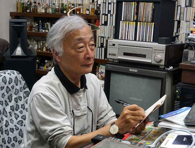 画像: インプレッションのメモを取りながらFLACの音質を確認する麻倉さん。待望のロスレス音声化に喜びもひとしお