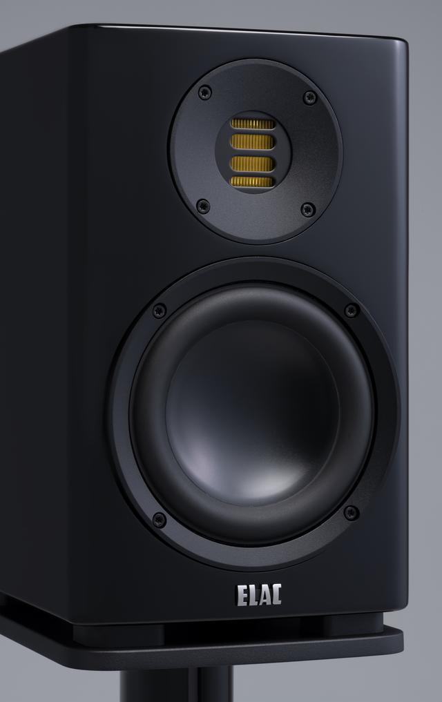 画像: ELACの本社工場でハンドメイド生産される、ベンディング・ウェイブ方式のトゥイーターがJET V。SolanoのJET Vは、VELA 400シリーズと同様に、アルミ・ダイキャスト・フレームに最新のウェイブ・ガイドを装着している。ウーファーはやはりVELA 400シリーズに採用されたアルミ・ダイキャスト製バスケットを装着した、高剛性フレーム構造のNEW AS CONEだ