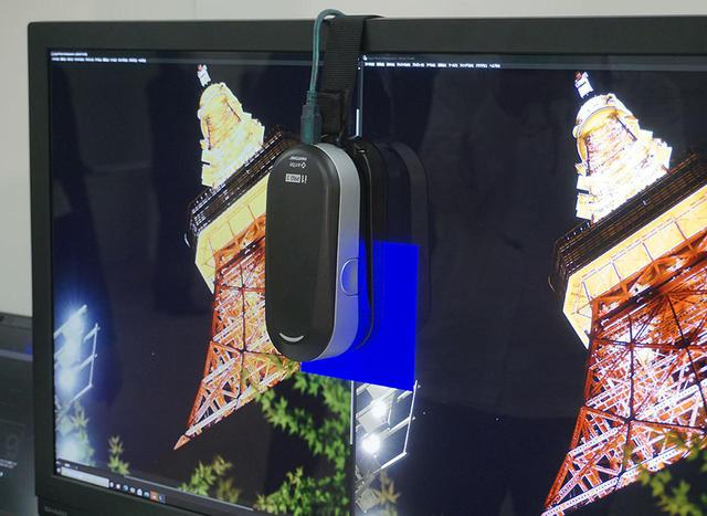画像: キャリブレーションは市販のセンサーを使って行う。写真は現時点で動作確認ができているx-rite社の「i1 POR3」を組み合わせた状態