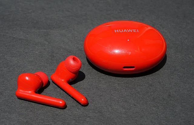 画像: ファーウェイ「FreeBuds 4i」。1万円を切ったノイズキャンセリング機能付きワイヤレスイヤホンは、クリーンな音が持ち味。音楽鑑賞からビジネスまで幅広く活用できる - Stereo Sound ONLINE