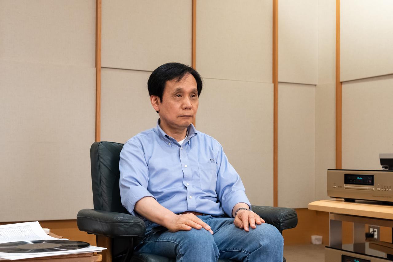 画像: 「ガルパン」アナログレコードのラッカー盤を集中して試聴する原田氏