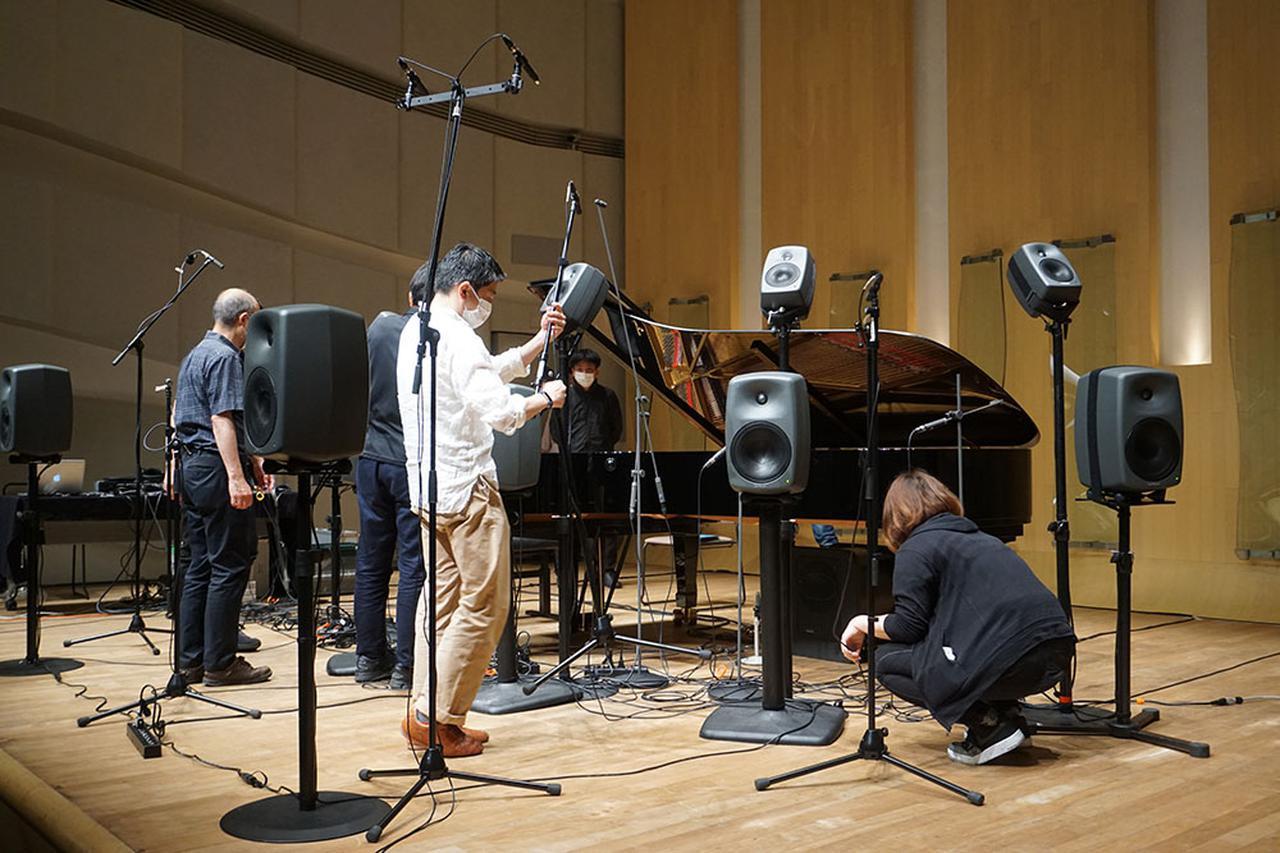 画像: 「プランA」での再生実験終了後に、マイクとスピーカーの位置を変更して「プランB」での試聴が行われた