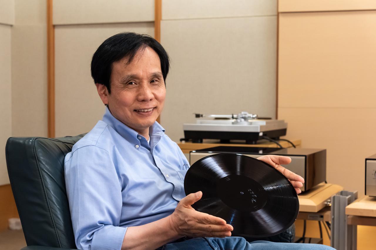 画像: 整ったオーディオ環境でも音を確認できご満悦な原田氏。手に持って頂いているのはラッカー盤。