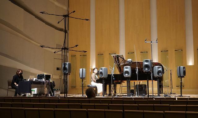 画像: 今回の実験では同じ楽曲を数回繰り返して再生し、参加者が聴く位置を変えて音場がどのように変化するかもためしている。麻倉さんも前方中央や後よりなどあちこちで音を確認していた
