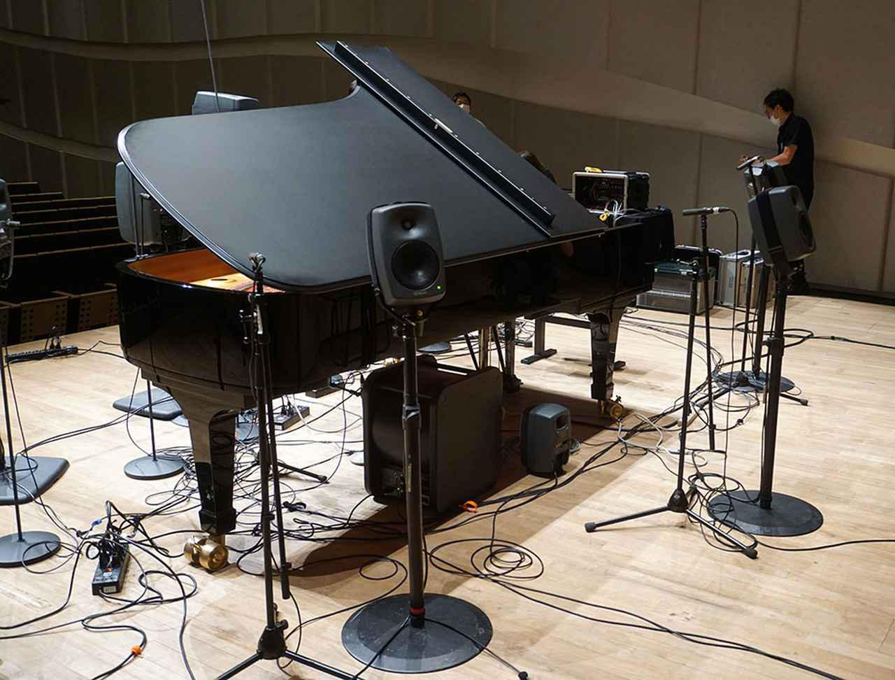 画像: 「プランB」での設置。正面に向けて5台、中央上部とピアノの下に各1台、客席から見てピアノの裏側に3台のスピーカーを並べて、全方向に向けて音を放射している