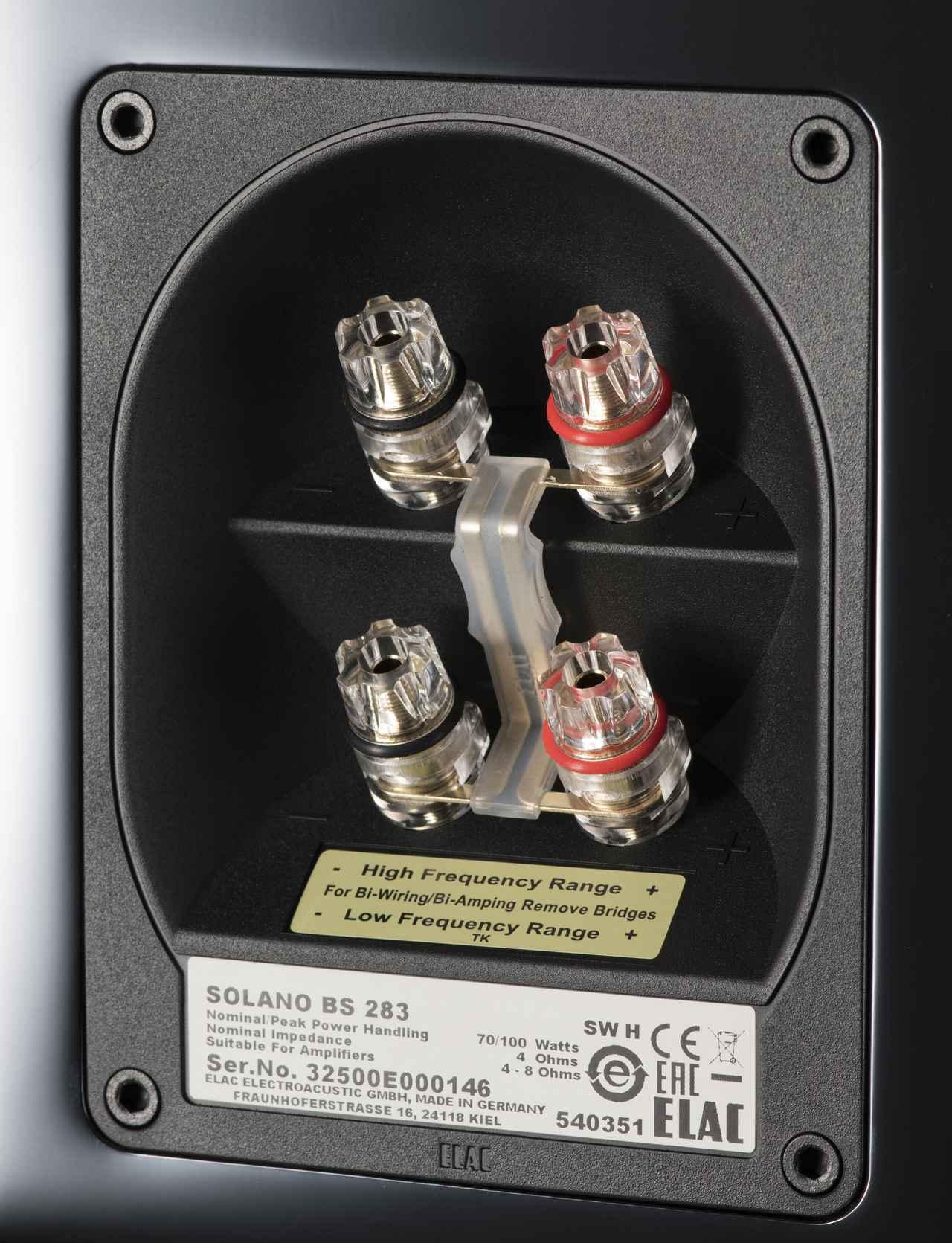 画像: スピーカー端子はバイワイヤリング接続に対応。ネットワークの帯域分割周波数は2.4kHzで、これはFS287やセンター用CC281とも共通している。ホームシアター用途として位相が揃った理想に近い状態でサラウンドシステムが組めるメリットもある。本体底面にバスレフポートを配し、本体とベースの隙間に音を放射する「ダウンファイヤー」方式を採用