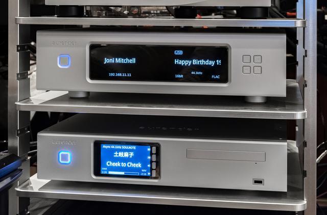 画像: 試聴を実施したのは小原さん自宅。愛用中のオーレンダーW20の真下にACS10を設置。組み合わせたD/AコンバーターはソウルノートのSACD/CDディスクプレーヤーS-3だ