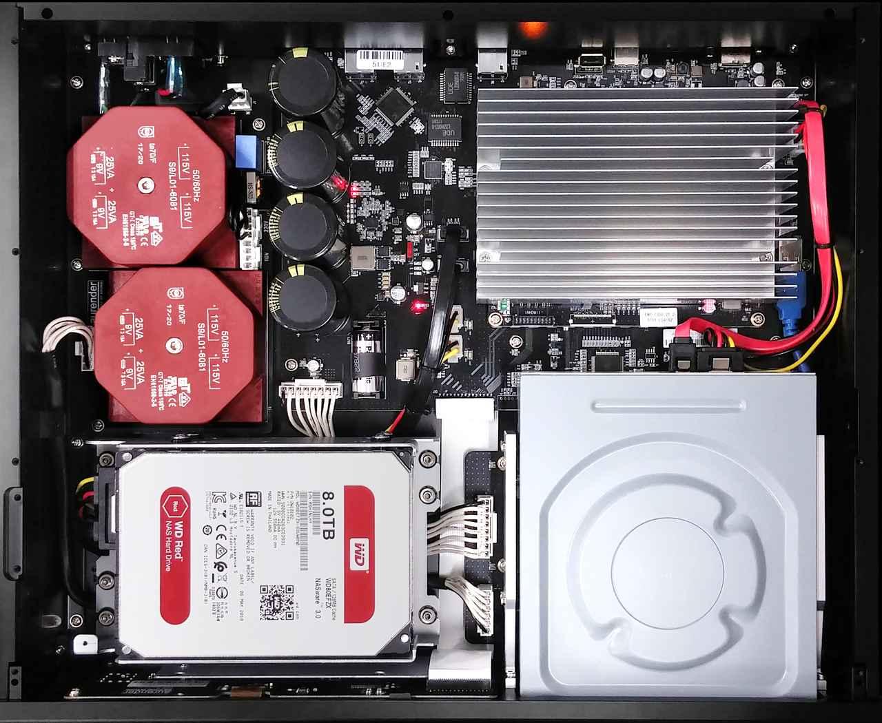 画像: ACS10はリニア電源とスーパーキャパシタをベースとした無停電電源装置(UPS)を搭載。突然の停電時にも安全にシャットダウンし、データを守ってくれるという。手前左下に見えるのが楽曲保存用のHDD。ウェスタンデジタルのNAS向け高耐久モデルRedを使用している